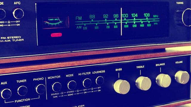 Luisteren naar de radio